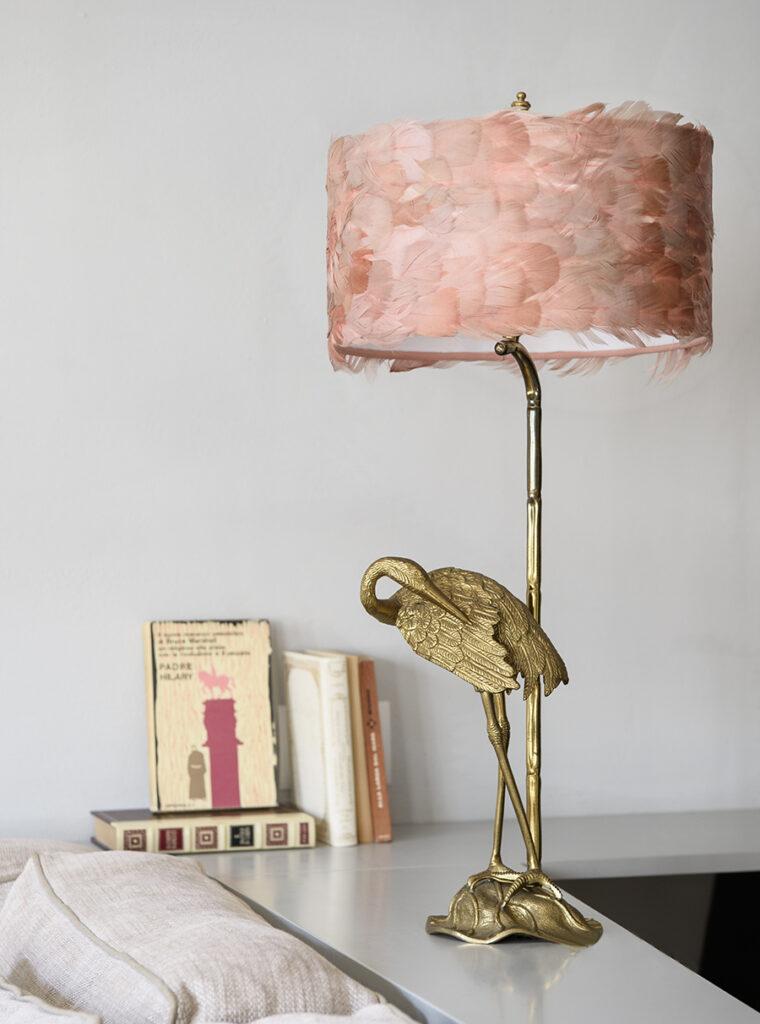Lampada da tavolo in ottone Fauna con vere piume in colore rosa antico